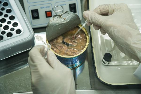 Производителей и ретейл уличили в продаже небезопасных и фальсифицированных консервов